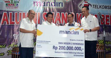 PENYERAHAN: Direktur Distribution PT. Bank Mandiri (Persero), Tbk, Bantuan peralatan TIK  senilai Rp 200 juta.